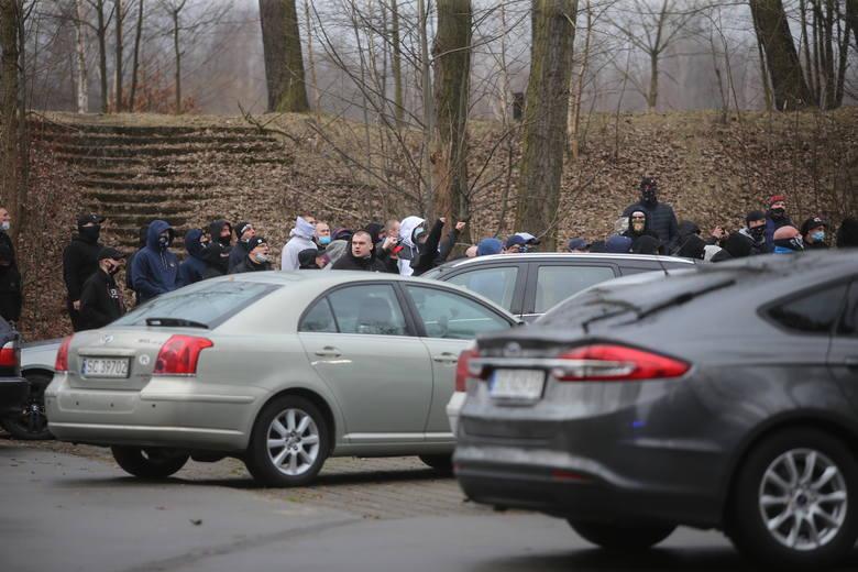 Kibice kontra policja w SosnowcuZobacz kolejne zdjęcia. Przesuwaj zdjęcia w prawo - naciśnij strzałkę lub przycisk NASTĘPNE