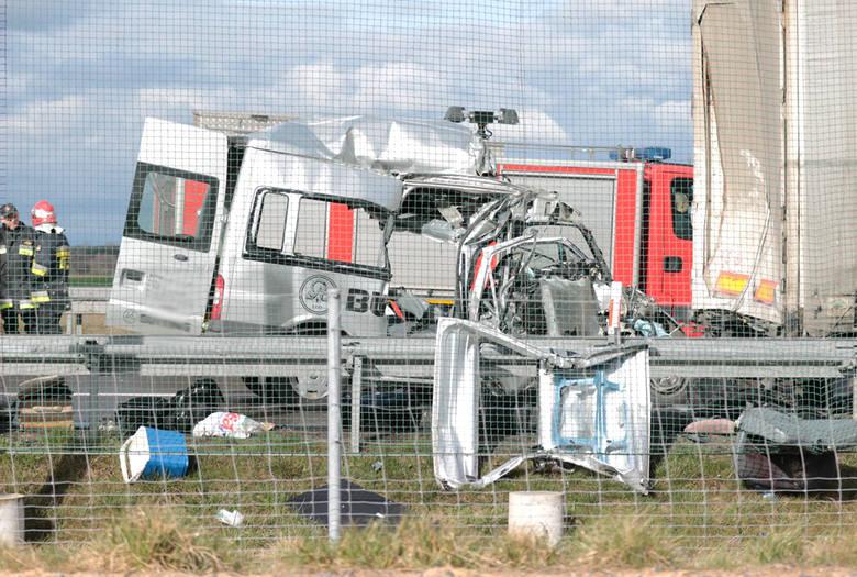 Do tragicznego wypadku doszło we wtorek 29 marca na S3 na odcinku Sulechów - Świebodzin. W tył ciężarówki uderzył rozpędzony bus ford. Na miejscu zginęło sześć osób z busa. Kierowca ciężarówki, w którą uderzył bus jest w ciężkim stanie. Zginęli pracownicy firmy z Górnego Śląska, którzy jechali do...
