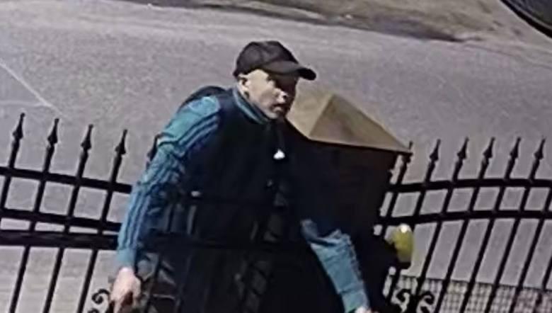 Ten mężczyzna jest poszukiwany w sprawie kradzieży trzech rowerów z prywatnej posesji. Zdarzenie miało miejsce 11 lipca 2020 r. przy ul. Wieprawskiej