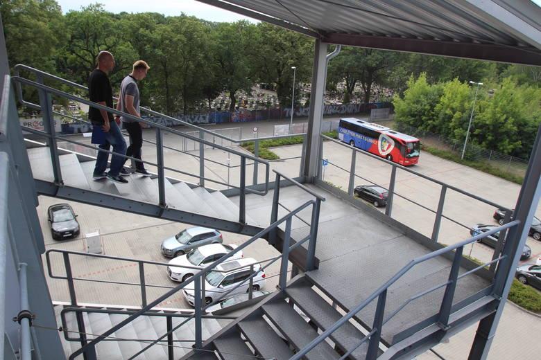 Zewnętrzne schody stadionu.