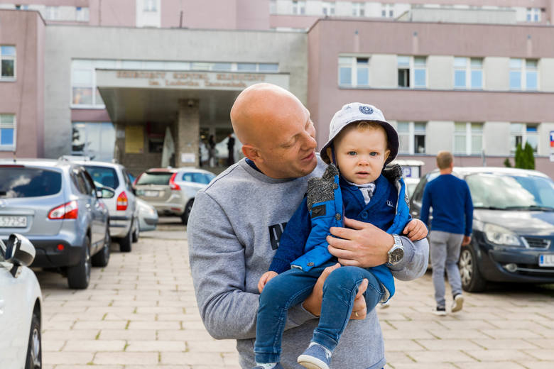 Do pewnego wieku dziecko nie zostanie samo w szpitalu. Rodzice muszą nocować w szpitalach i całe szczęście nie trzeba już z to płacić - cieszy się Adrian Iwaniuk, ojciec małego Antoniego.