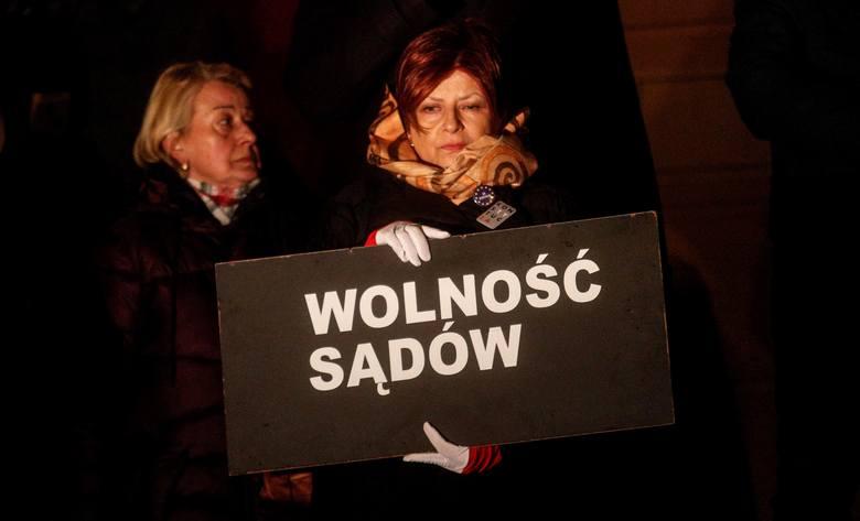 """Około 100 osób uczestniczyło w pikiecie """"Wolne sądy"""" w Rzeszowie. Demonstranci wyrazili swoje poparcie dla sędziów w sporze o tzw."""