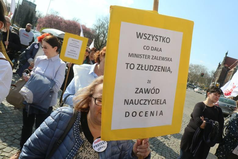 Nauczyciele z Solidarności oskarżają kierownictwo związku o sabotaż. Bunt dołów oznacza bezwarunkowy strajk
