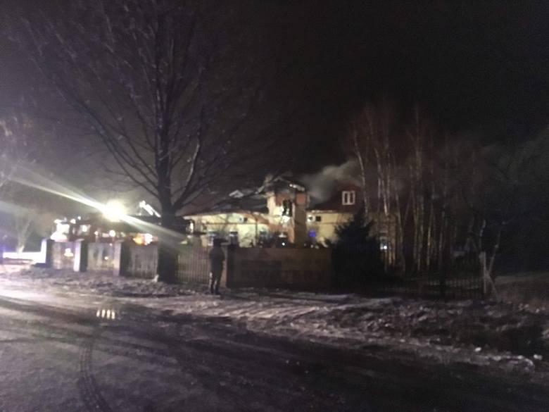 Duży pożar w Siarzewie w powiecie aleksandrowskim. Wezwani na miejsce strażacy zastali dom mieszkalny, jednorodzinny objęty całkowicie ogniem. Nikt nie