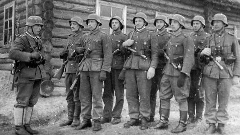 Dowódca szwadronu kawalerii por. Władysław Kitowski ps. Grom (po lewej), dowódca 3. Brygady AK por. Gracjan Fróg ps. Szczerbiec (w środku), adiutant