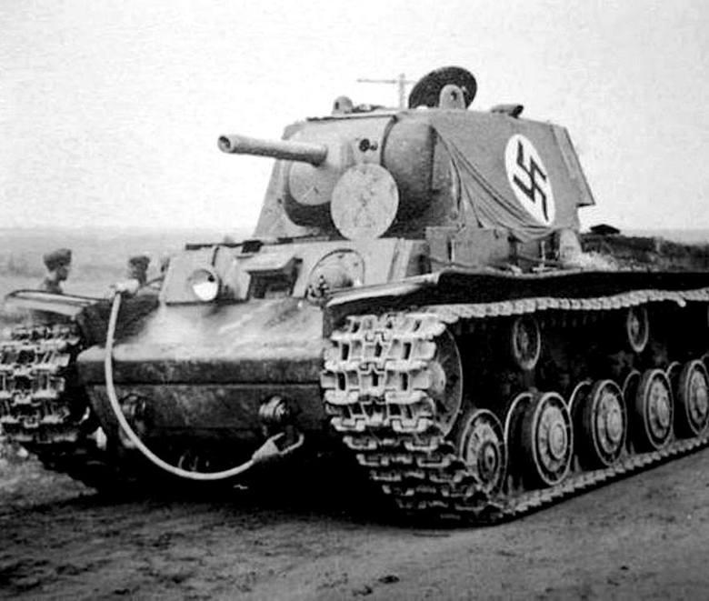 Plaża w Dunkierce, początek czerwca 1940 r. Większość spośród zgromadzonych tu 80 tys. samochodów służyła potem Wehrmachtowi.