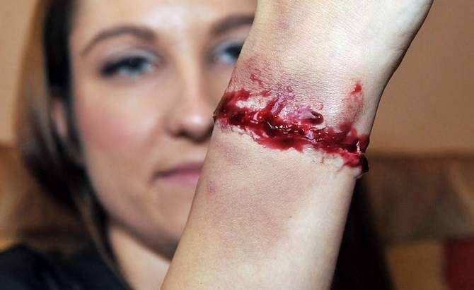 Na samym końcu pędzelkiem malujemy krew, która wypływa z rany.