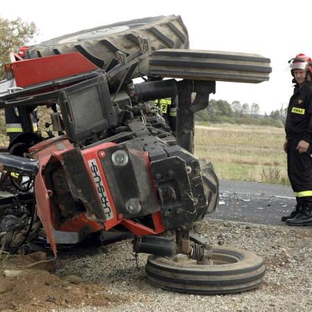 Na szczęście kierowca rolniczego ciągnika z Obry wyszedł z tej opresji bez większego szwanku, ale traktor raczej nie będzie się już nadawał do pracy