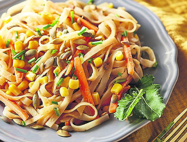 <strong>Makaron ryżowy z chrupiącymi warzywami</strong><br /> Składniki: garść makaronu ryżowego wstążki, <br /> 1/3 puszki kukurydzy, <br /> łyżka pestek dyni, <br /> 1 cebulka dymka, <br /> 1 mała marchewka, <br /> łyżka masła orzechowego, <br /> 4 łyżki sosu sojowego o zmniejszonej zawartości...