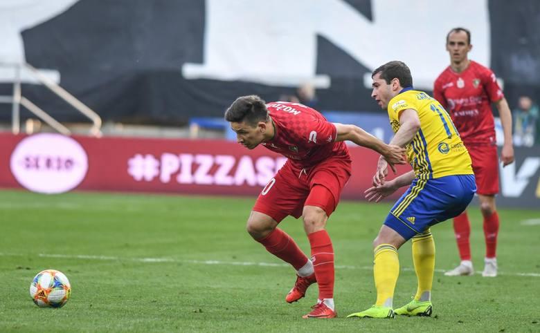 Jesień spędził w Koronie Kielce, wiosnę w Zagłębiu Sosnowiec. A od 1 lipca jest wolnym zawodnikiem, ponieważ rozwiązał kontrakt ze spadkowiczem. W ekstraklasie