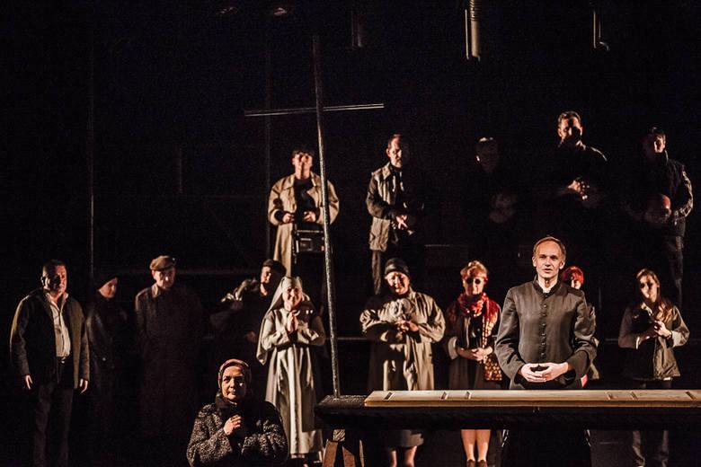 """""""Popiełuszko"""" to opowieść o skromnym kapłanie, który okupił swoim życiem wolność innych ludzi. Przedstawienie zostało zbudowane z krótkich migawek –"""