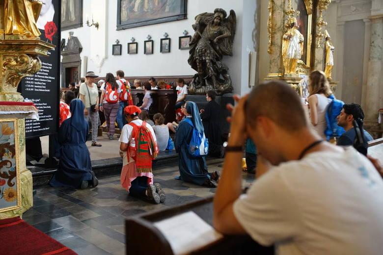 Cicha modlitwa pielgrzymów w kościele św. Marka Ewangelisty