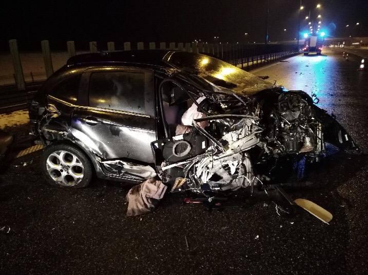 Nad ranem, na autostradzie A1 - na wysokości węzła Lisewo w stronę Łodzi, kierująca citroenem z nieznanych przyczyn uderzyła w narożnik naczepy ciężarówki,