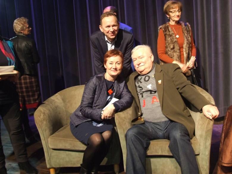 """W samo południe w kinie """"Rondo"""" w Chełmnie były prezydent Polski Lech Wałęsa spotkał się z mieszkańcami. Spotkanie poprzedził krótki"""