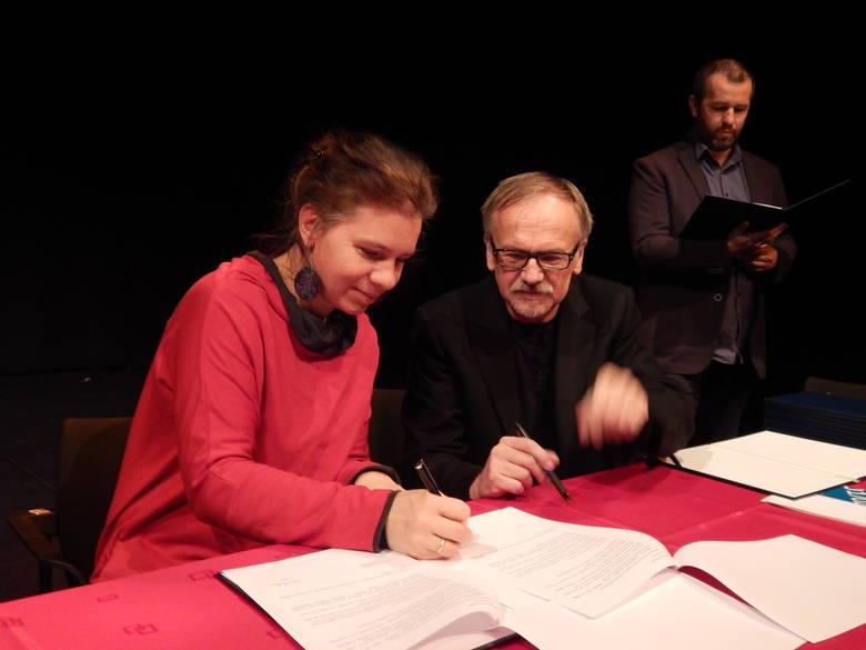 Krystian Kobyła, dyrektor OTLiA podpisał listy intencyjne z dyrektorami szkół, mówiące o utworzeniu kolejnych klas patronackich.