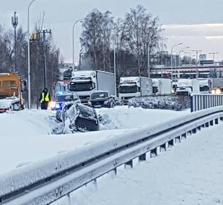 Na drogach doszło do wielu stłuczek i kolizji. Nie było natomiast żadnego poważnego wypadku, nikt nie zginął. Dwie osoby zostały lekko ranne.