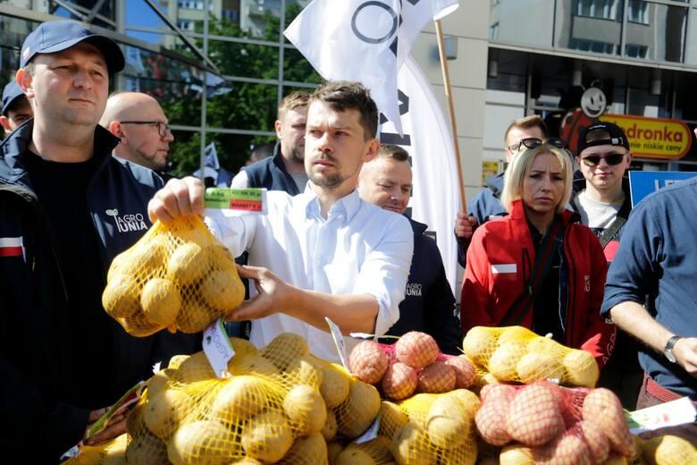 Przedstawiciele Agrounii 20 maja rozdawali ziemniaki w Warszawie, teraz rolnicy z płodami rolnymi pojawią się w Toruniu.