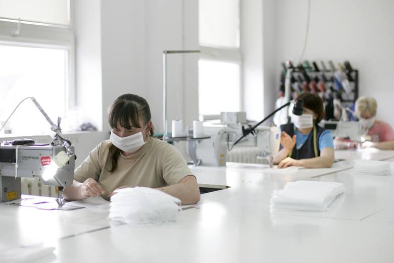 Zakład produkcji mebli tapicerowanych w Słupsku. Pracownice szyją maseczki dla miejscowego DPS