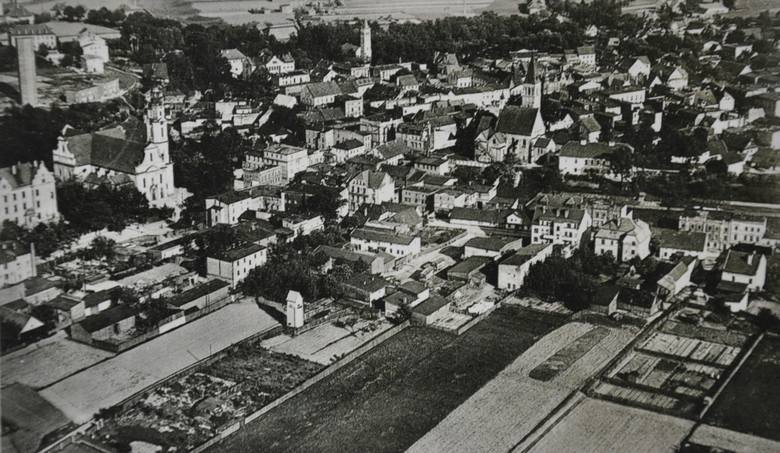 Zdjęcie Olesna z lotu ptaka na pocztówce z 1942 roku. Na ujęciu widać wszystkie oleskie wieże: kościołów św. Michała, Bożego Ciała i Ewangelickiego,