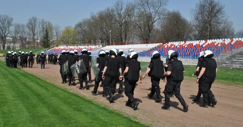 Policjanci z całego garnizonu podkarpackiego wzięli udział we wspólnych ćwiczeniach, które odbyły się na Polonii w Przemyślu. W ćwiczeniach, pod okiem