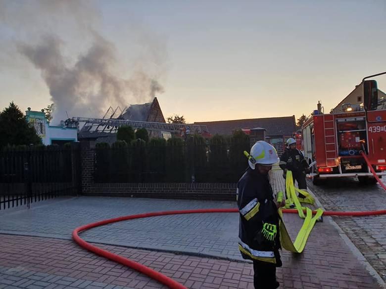 Do pożaru w centrum Sławy doszło w poniedziałek, 23 września, około godziny 6.00 rano. Na miejsce rozdysponowano trzy jednostki OSP Sława oraz dwa zastępy