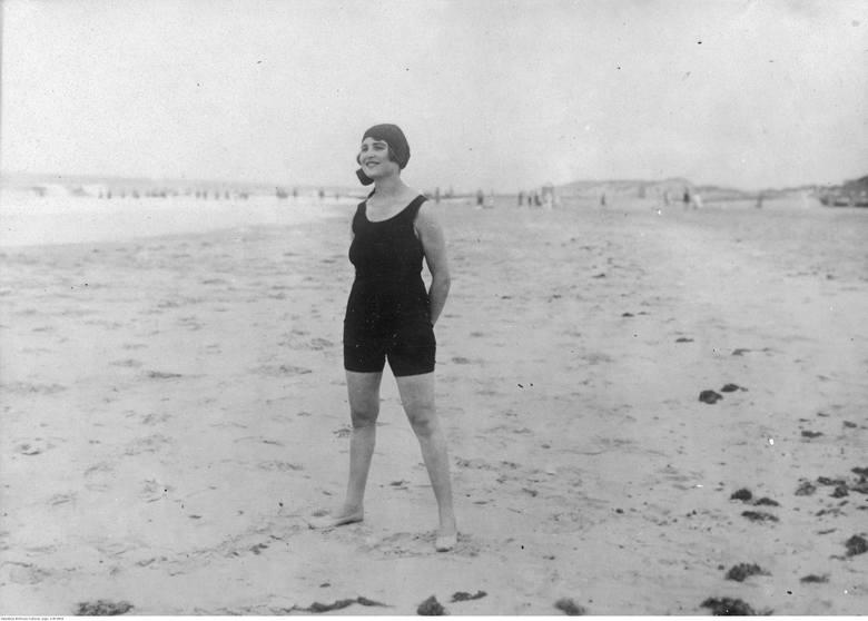 Aktorka niemiecka Claire Rommer podczas wypoczynku na plaży.Historia polskich kurortów nadmorskich zaczyna się po I Wojnie Światowej. Dopiero wtedy Polska