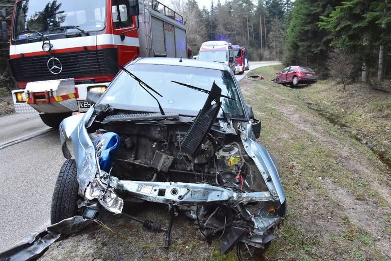 Dwa samochody osobowe zderzyły się w czwartek rano na jednym z zakrętów na leśnym odcinku drogi pomiędzy Kielcami, a Zagnańskiem. Po porannym przymrozku