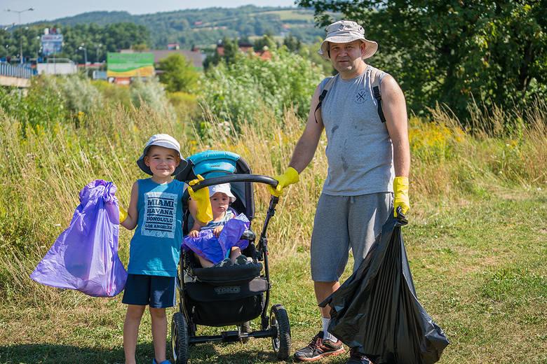 Nikodem Waśko (z prawej) z z synami Natanielem i Oliwierem sprzątali tereny nad Kamienicą