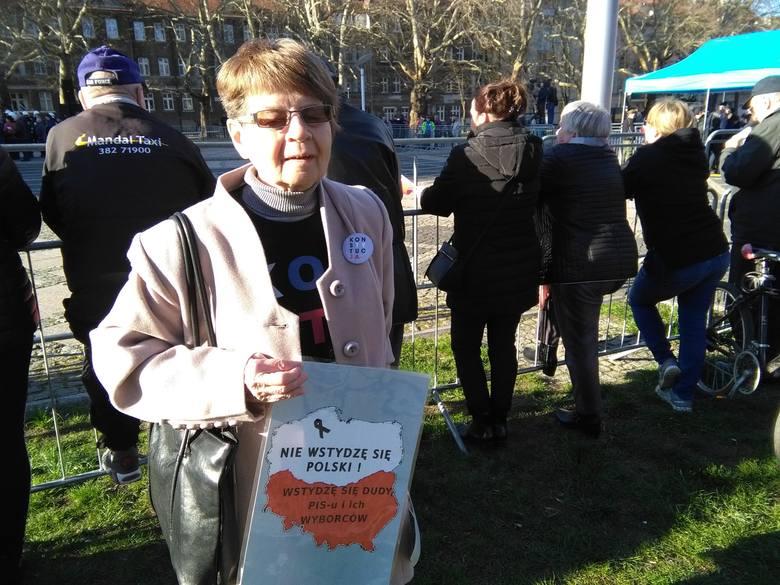 Jest juz też ok.15 osób ze Stowarzyszenia Obywatele GW 66-400,rozdają naklejki z hasłem: Konstytucja.