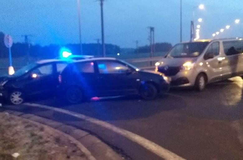 W piątkowy poranek na drodze krajowej nr 6 doszło do wypadku.Na obwodnicy Karlina zderzyły się trzy pojazdy - dwa samochody osobowe i bus. W miejscu