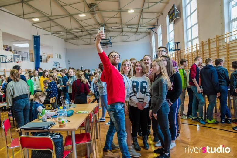 """Warsztaty kształtowania pozytywnej samooceny, w ramach projektu """"#nieIDEALNI - bądź sobą!"""" odbyły się w Szkole Podstawowej w Horyń"""