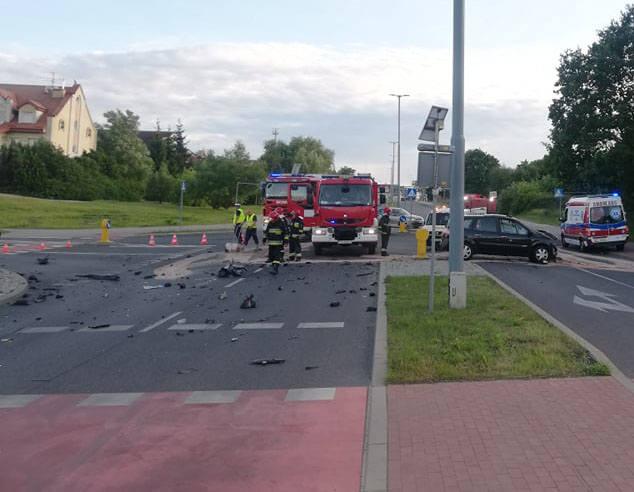 W niedzielę, 16 czerwca, około godziny 19 dwa samochody osobowe zderzyły się na ulicy 4 Marca w Koszalinie.Kierujący samochodem marki renault, wyjeżdżając