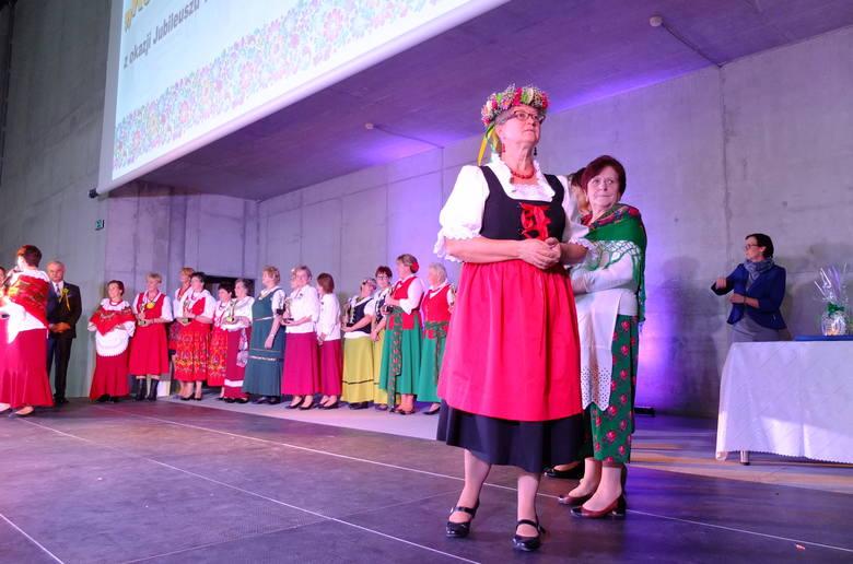Teresa Tarach, szefowa KGW w Chrzelicach, podkreśla, że w ich wsi koło łączy kultury i pokolenia.