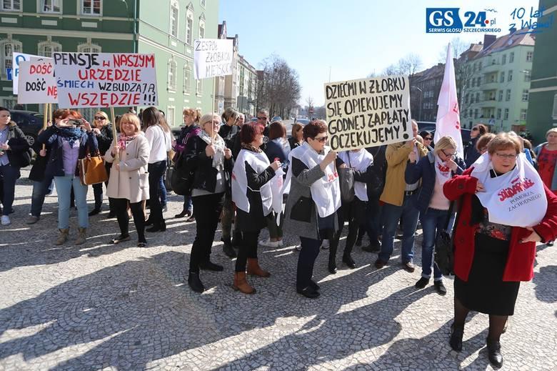 Pracownicy jednostek budżetowych wyszli na ulice. Żądają podwyżek płac.