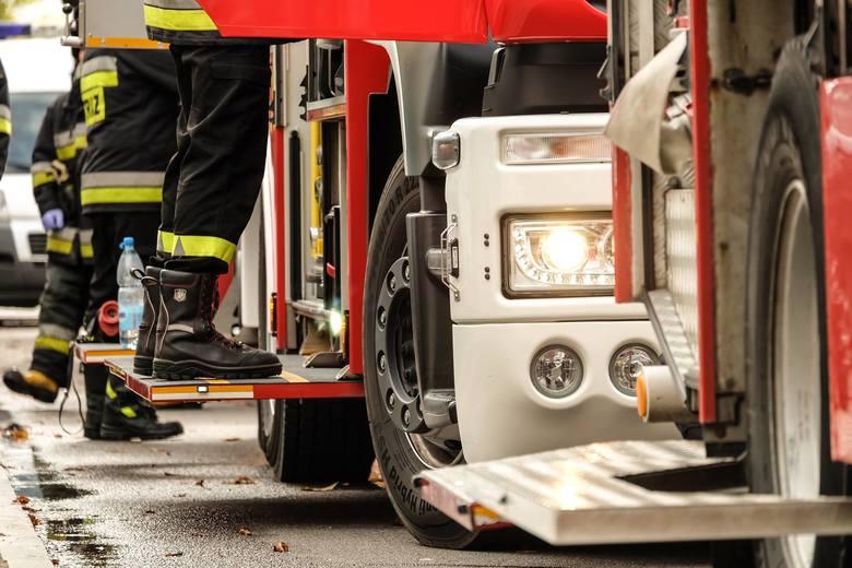 Kurpiki. Wypadek na drodze krajowej nr 64. Dachowanie samochodu. Służby ratunkowe jadą na miejsce
