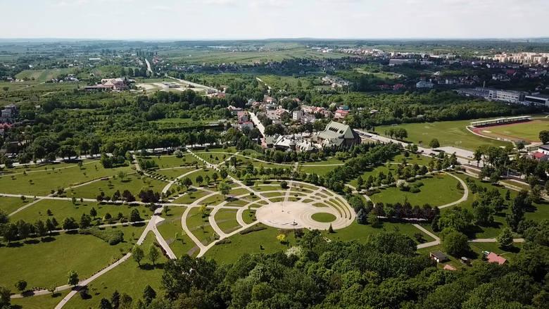 Tak prezentuje się nowa część Parku Zdrojowego w Busku-Zdroju. Znajduje się po zachodniej stronie alei Kasztanowej. Z lotu ptaka jak na dłoni widać piękno i oryginalność obiektu.<br />