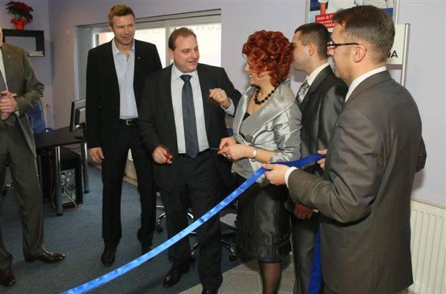 kolejno od lewej podczas przecinania wstęgi: Bogdan Wenta – twarz firmy Uniqa, wiceprezes tej firmy w Polsce Christian Schwartz, szefowa Agencji Generalnej