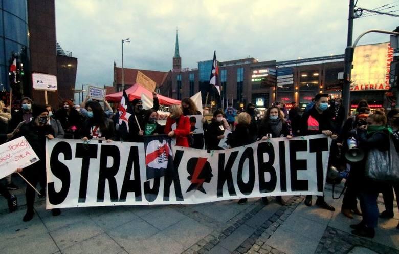 """""""Nie idziemy do roboty"""" pod takim hasłem protestujący przeciw orzeczeniu Trybunału Konstytucyjnego zaostrzającemu prawo aborcyjne, wzywają kobiety do"""