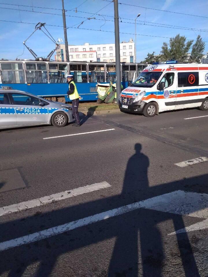 Kraków. Kosiarka wbiła się w tramwaj. Były duże utrudnienia [ZDJĘCIA] 14 09