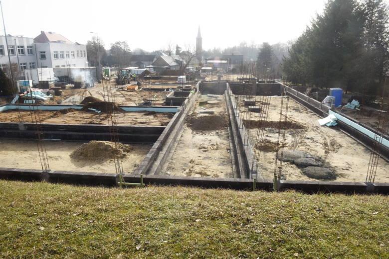 Jak idzie budowa nowego przedszkola w Świdnicy? Jesienią podpisano umowę, a teraz już widać fundamenty. Kiedy dzieci znajdą tu opiekę?