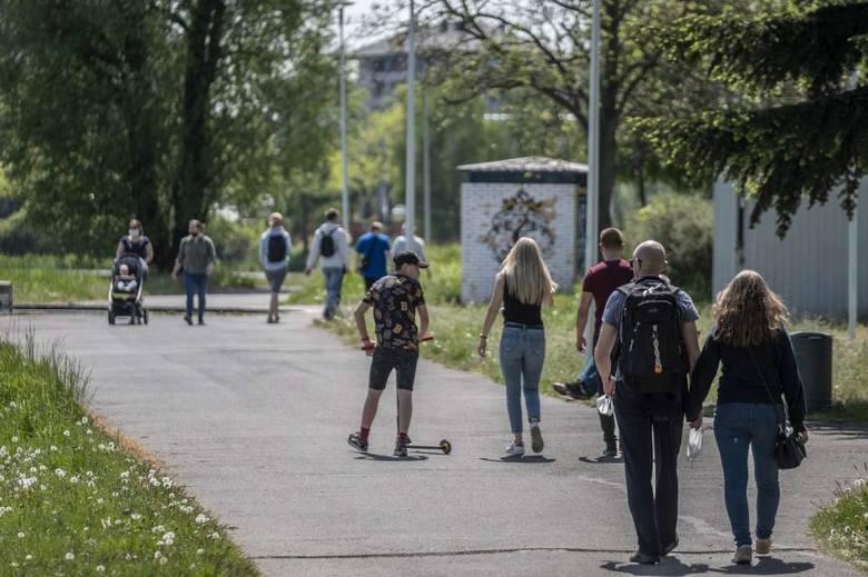 Mieszkańcy Wielkopolski, mimo pandemii koronawirusa, zdecydowali się korzystać z dopisującej pogody i tłumnie spędzają czas na świeżym powietrzu.Przejdź