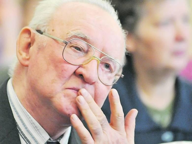 Włodzimierz Bogucki, urodzony w 1928 w Stanisławowie. 1964-1966 student Zawodowego Studium Administracyjnego Uniwersytetu im. Adama Mickiewicza w Poznaniu.