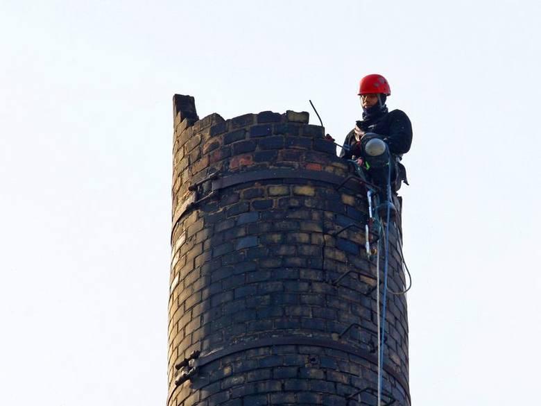 Robotnicy nie zburzą komina, a zrekonstruują jego część.