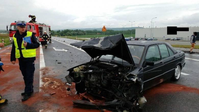 Do zdarzenia doszło na drodze krajowej nr 94 w Sędziszowie Małopolskim. Jak wynika ze wstępnych ustaleń policjantów, kierujący mercedesem nie ustąpił