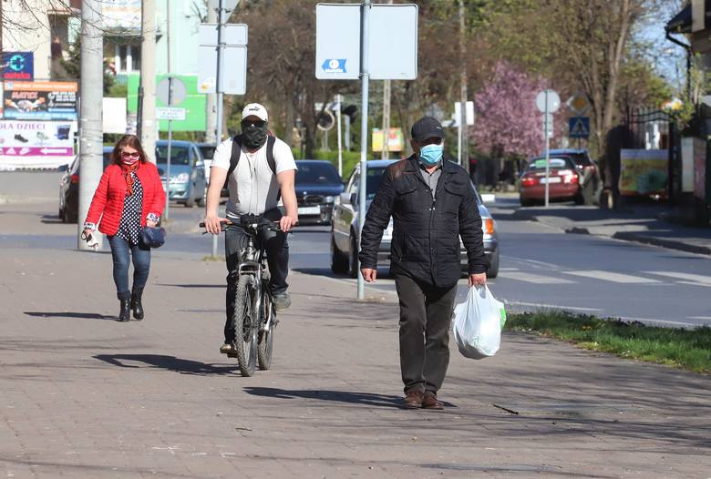 Koronawirus w Grójcu. Mieszkańcy miasta chodzą w maseczkach ochronnych. Zobaczcie zdjęcia