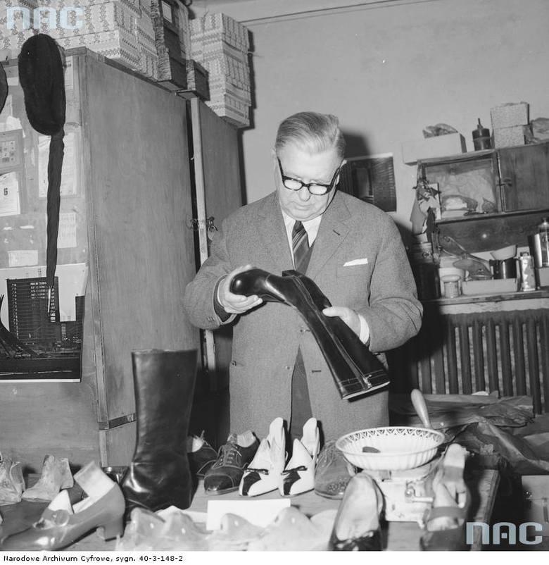 Szewc W. Kielman w trakcie pracy