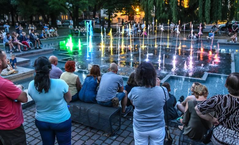 Multimedialna fontanna przed Filharmonią Pomorską rozszerza swój repertuar muzyczny – podczas wieczornych koncertów posłuchać będzie można muzyki rozrywkowej.