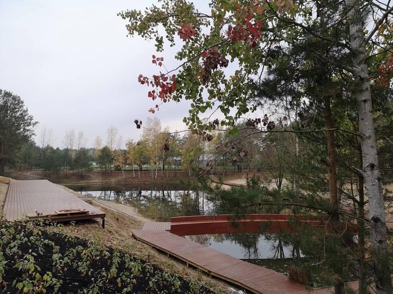 Widać już dokładnie w jaki sposób będzie zagospodarowany staw na Jarze: pojawiły się pomosty i promenady. Wyłożono też kostkę na ścieżkach wokół zbiornika.