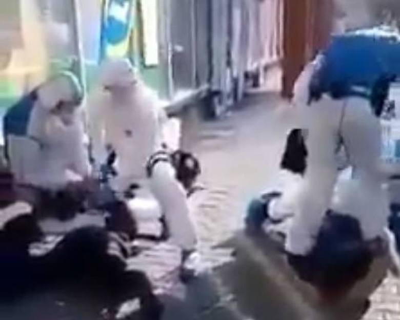 Pijani mężczyźni, awanturowali się w sklepie, krzyczeli, że są zakażeni koronawirusem, a jeden z nich opluł kasjerkę sklepu. Obaj zostali zatrzymani