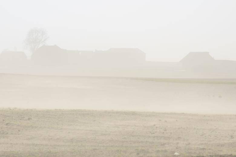 Porywisty wiatr i susza sprawia, że nad polami unosi się gęsty pył ograniczający widoczność.Czytaj koniecznie: IMGW ostrzega przed silnym wiatrem. Powieje